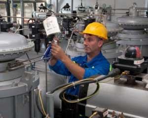 Firmele din industrie fac afaceri mai mari, cele din comerţ sunt în continuare pe scădere
