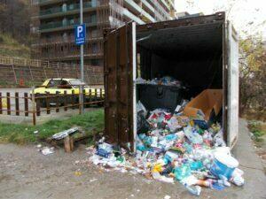 Pubelele îngropate, singura soluţie pentru a scăpa de mizeria din oraş. Investiţia se ridică la peste un milion de euro