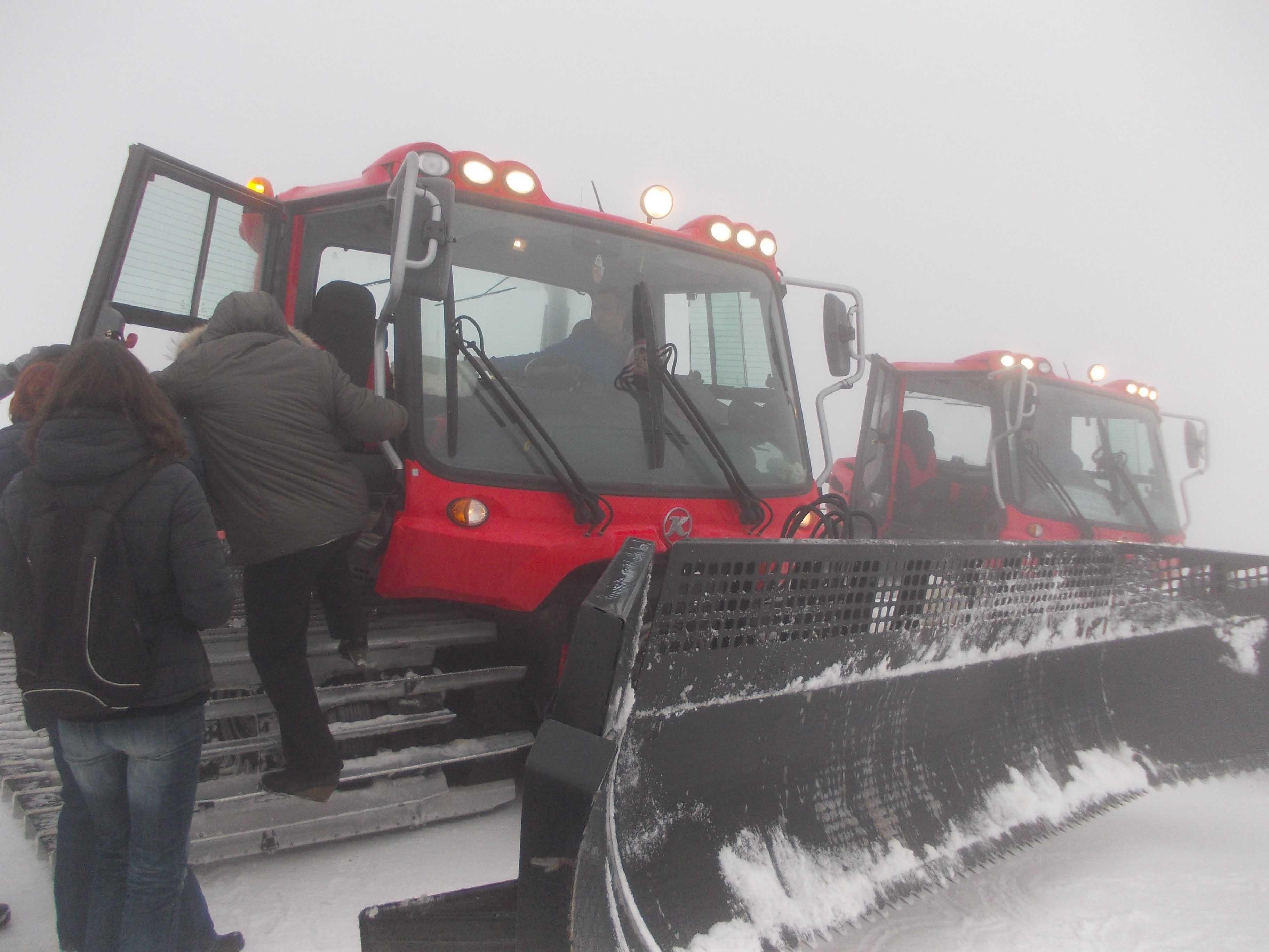 Pe pârtiile din Poiană şi de la Predeal se dă cu tunurile de zăpadă, pentru ca să se poată schia deja