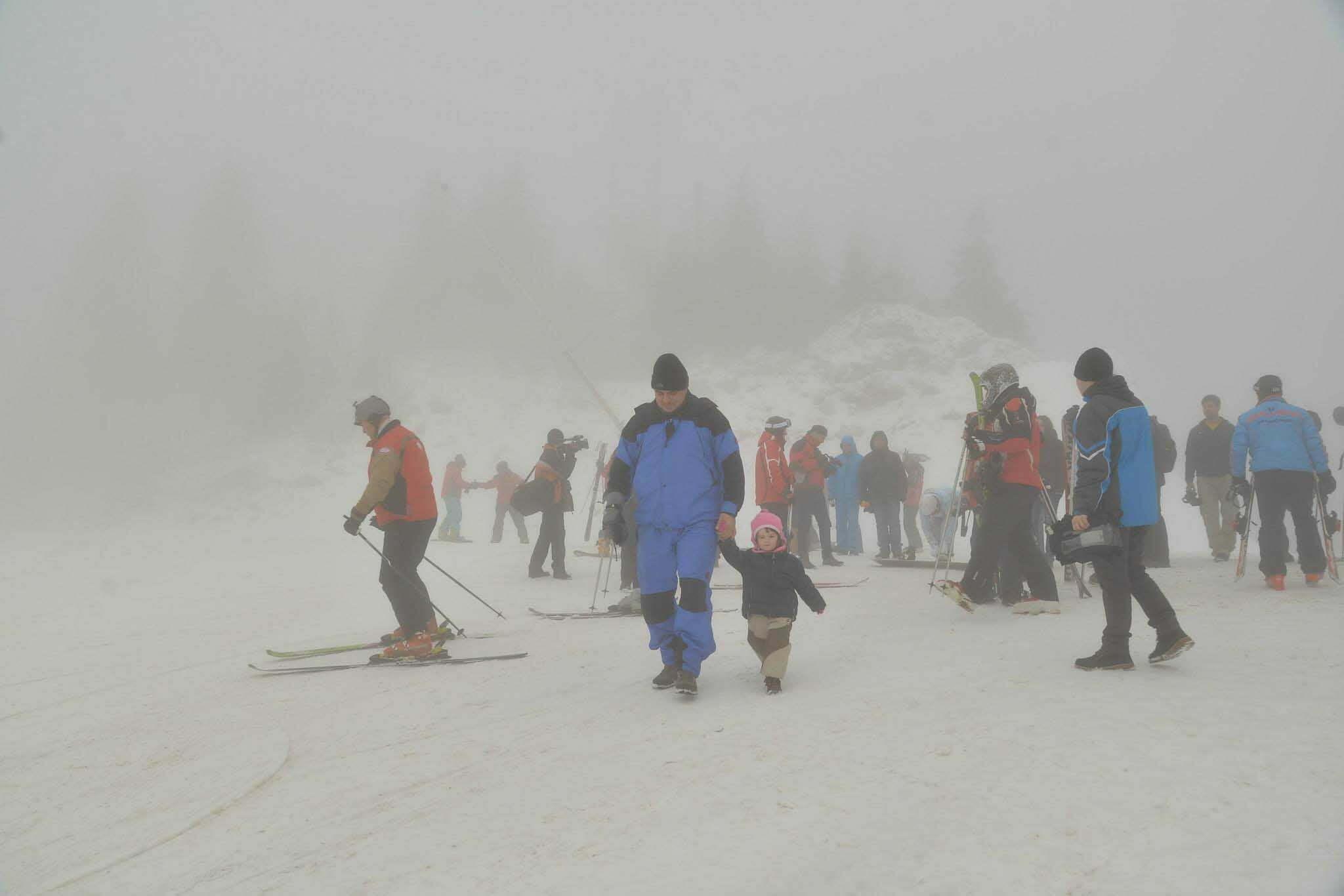 Fotogalerie: 80.000 de metri cubi de apă, transformaţi în zăpadă artificială, pentru ca în Poiana Braşov să se poată schia