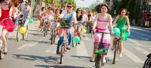 """Biciclistele din Braşov sunt invitate la """"Skirt bike"""", pe 6 iulie. Vezi de ce surprize vor avea parte"""