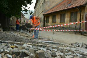 Până pe 15 septembrie, strada Castelului îşi va recăpăta farmecul medieval, urmând să fie montate şi lampadare speciale
