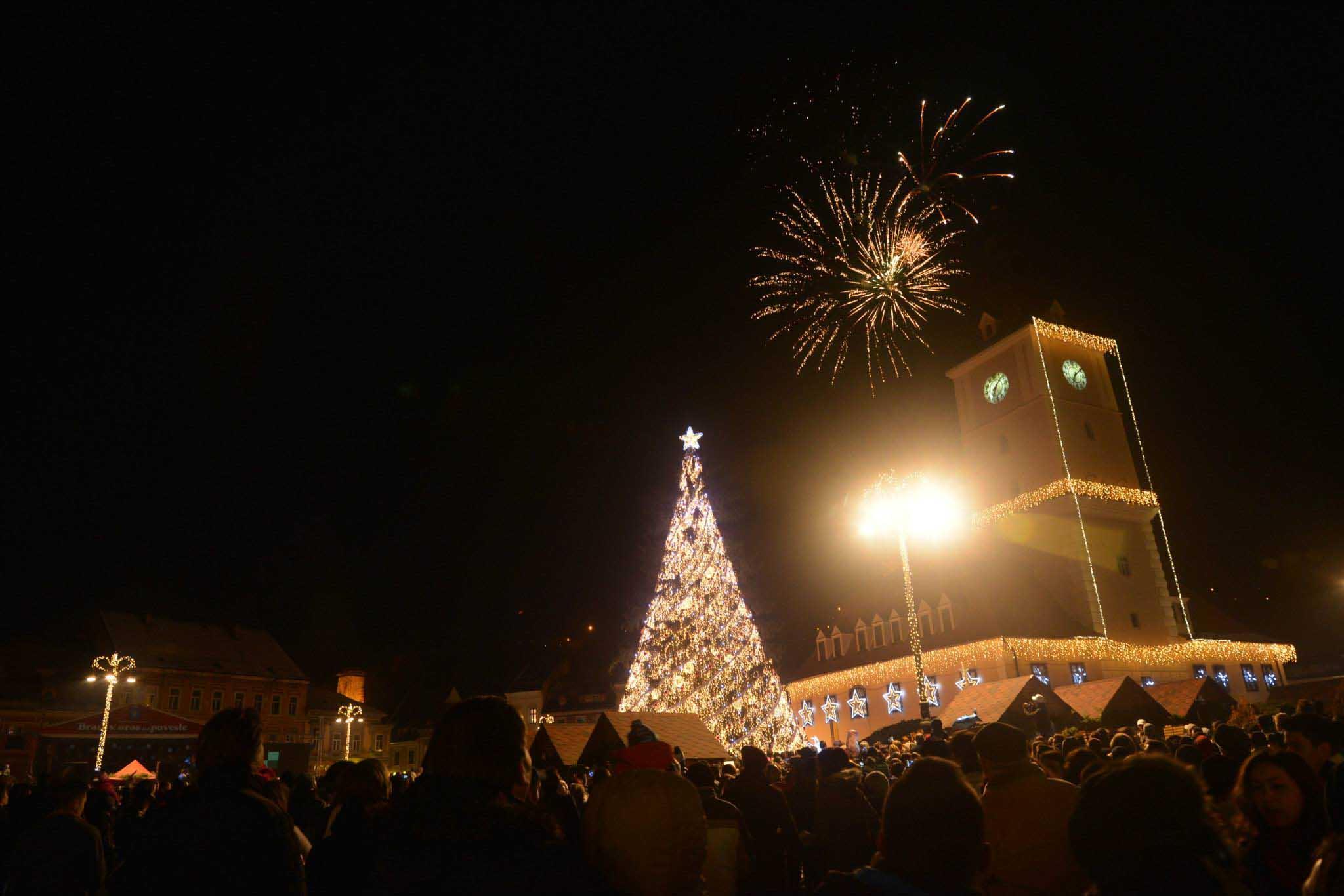 Fotogalerie: S-a aprins iluminatul de sărbătoare în Brașov. Zilele viitoare urmează alte surprize