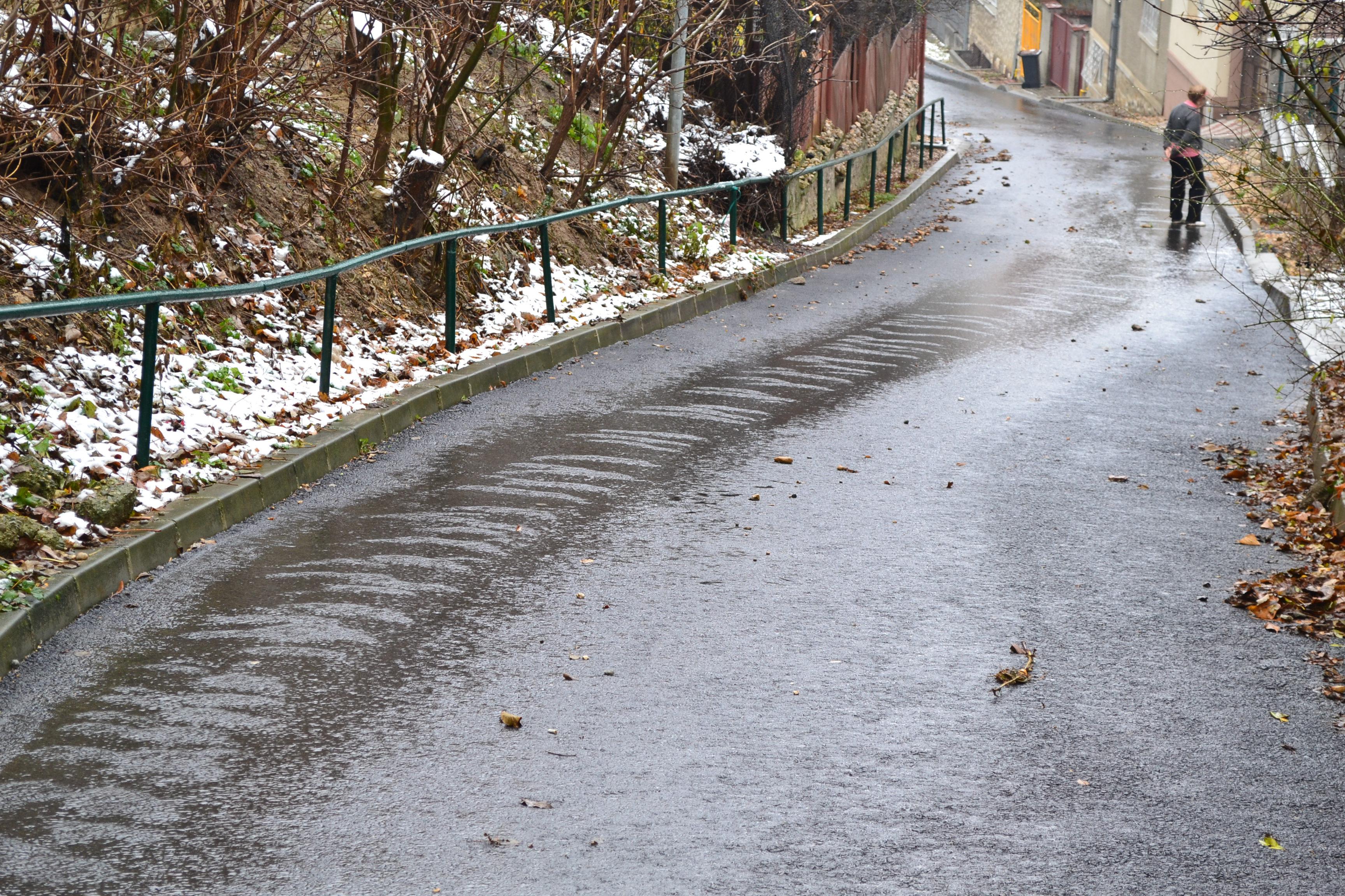 Apa este oprită pe mai multe străzi din Șchei din cauza unei conducte sparte