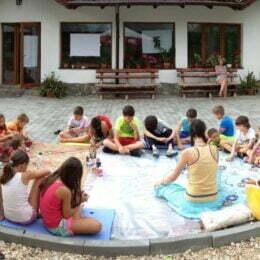 25 de tineri din 6 țări învață la Bran o nouă metodă non-formală în lucrul cu copiii -JuKaVa