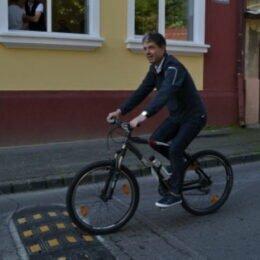 Bicicliștii nu vor fi obligați să poarte cască pe drumurile publice