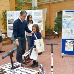 Zece elevi brașoveni, care au au tras un semnal de alarmă cu privire la schimbările climatice prin intermediul desenelor, au fost recompensați cu un mijloc de transport eco
