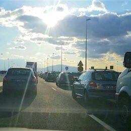 Ultimatum pentru drumari: dacă pasajul spre Sânpetru nu se deschide vineri, localnicii amenință cu proteste mult mai dure. Aseară au protestat, bară la bară, pe ocolitoare