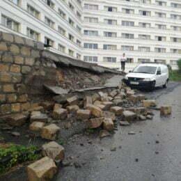 Torenții formați după furtuna de luni seara au dărâmat un zid de sprijin de pe Colina Universității