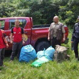 """Ce au """"pierdut"""" turiștii în vârful Tâmpei: bani, doze de bere, PET-uri și multe ambalaje"""