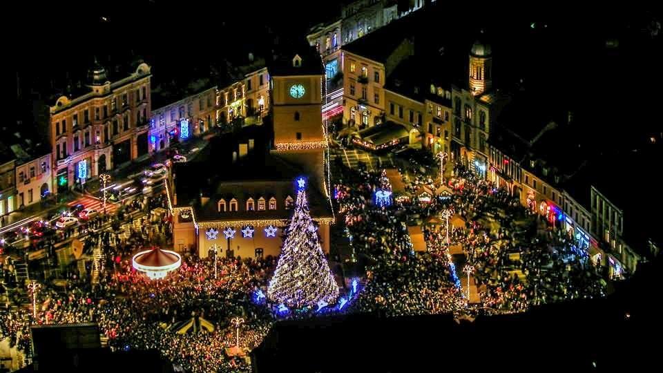 """Primăria a alocat 700.000 de lei pentru a pregăti Brașovul de sărbătorile de iarnă. În banii pentru iluminatul public au fost rezervate fonduri și pentru """"beculețe"""""""