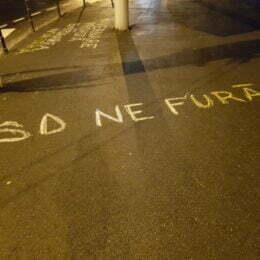 """FOTO: Mesajele anti-PSD au apărut pe toate străzile din Brașov, inclusiv în fața sediului """"ciumei roșii"""": """"PSD apără hoții"""", """"PSD trădează un popor pentru un hoț"""" sau """"Guvernare proastă, emigrarea noastră"""""""