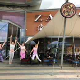 Angajații unei cafenele din Brașov au venit la muncă îmbrăcați în pijamale. Clienții care vin în pijamale primesc o cafea gratis