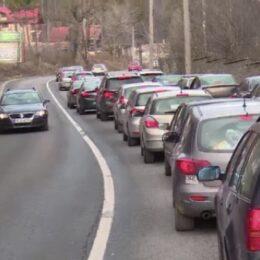 Aglomerație pe DN1, pe Valea Prahovei, pe sensul către Brașov. Coloană de mașini între Azuga și Bușteni