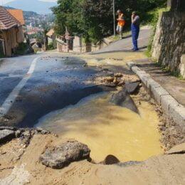 FOTO Circulație restricționată pe strada Dobrogeanu Gherea. O conductă de apă a fost avariată