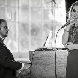 Un cuplu de muzicieni aduce New York-ul la Brașov. Muzica Americii anilor '30 se regăsește acum și în evenimentele de la poalele Tâmpei