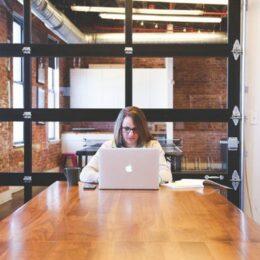 STUDIU Angajații din firmele mici au nevoie de mai puțin sprijin din partea angajatorilor atunci când lucrează la distanță