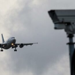 """ROMATSA a dat verdictul final și aeroportul de la Ghimbav va avea turn virtual. """"Există camere performante, care transmit în timp real imaginile și poți vedea avionul de la o distanță de 7 km, pe care, poate uitându-te doar pe geam, din turn nu l-ai putea vedea"""""""