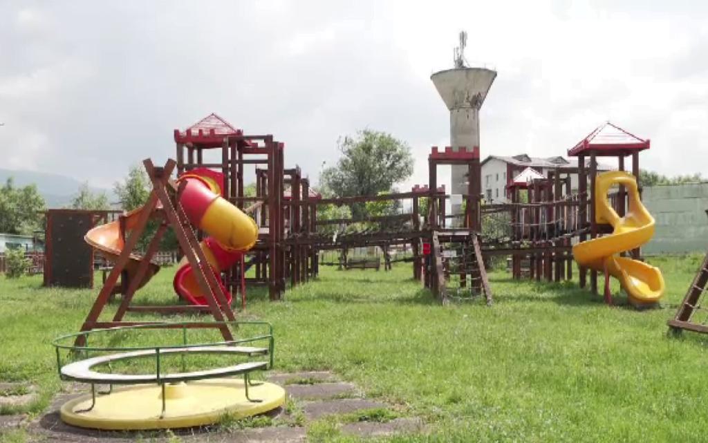 Premieră în județul Brașov: O primărie a fost amendată cu 16.000 de lei pentru că nu îngrijește parcurile publice pentru copii