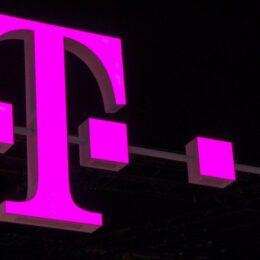 Telekom îi atrage pe clienții care vor să se porteze cu reduceri de 50% la abonamente, dar le bagă și un fix pe gât