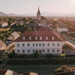 Școala Săsească din Sânpetru va fi transformată în hotel și centru de evenimente. Proprietarii vor cel puțin 1,15 milioane de euro pe ea
