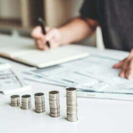 Peste 60% din banii câștigați de români lunar se duc pe consum. Peste 23% dintre gospodării nu pot face față cheltuielilor cu venitul total realizat