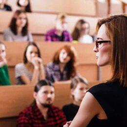 RAPORT Angajații din învățământ și asistență medicală care au studii superioare câștigă cu 35% mai puțin decât cei din inginerie sau construcții