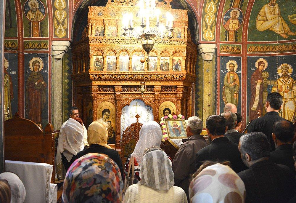 Ortodocșii vor putea circula în noaptea Învierii până la 5 dimineața. Catolicii au avut voie doar până la orele 2.00/ Magazinele vor fi deschise până la orele 20.00 în cursul zilei de vineri