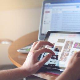 """Vodafone va încasa peste 180.000 de lei pentru a-i dota pe elevii din Vama Buzăului cu tablete pentru """"școala online"""""""