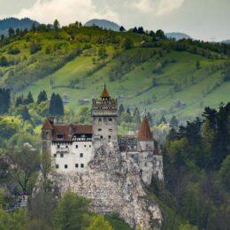 Nocturnele Castelului Bran revin în acest weekend, după un an întreg de pauză, cu un concert Anatoly și o degustare de vin roșu și brânzeturi