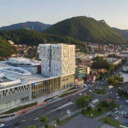 AFI Brașov se deschide pe 21 sau 28 octombrie. Până atunci, se deschide AFI Park Brașov, cu doi chiriași – Siemens și NTT Data