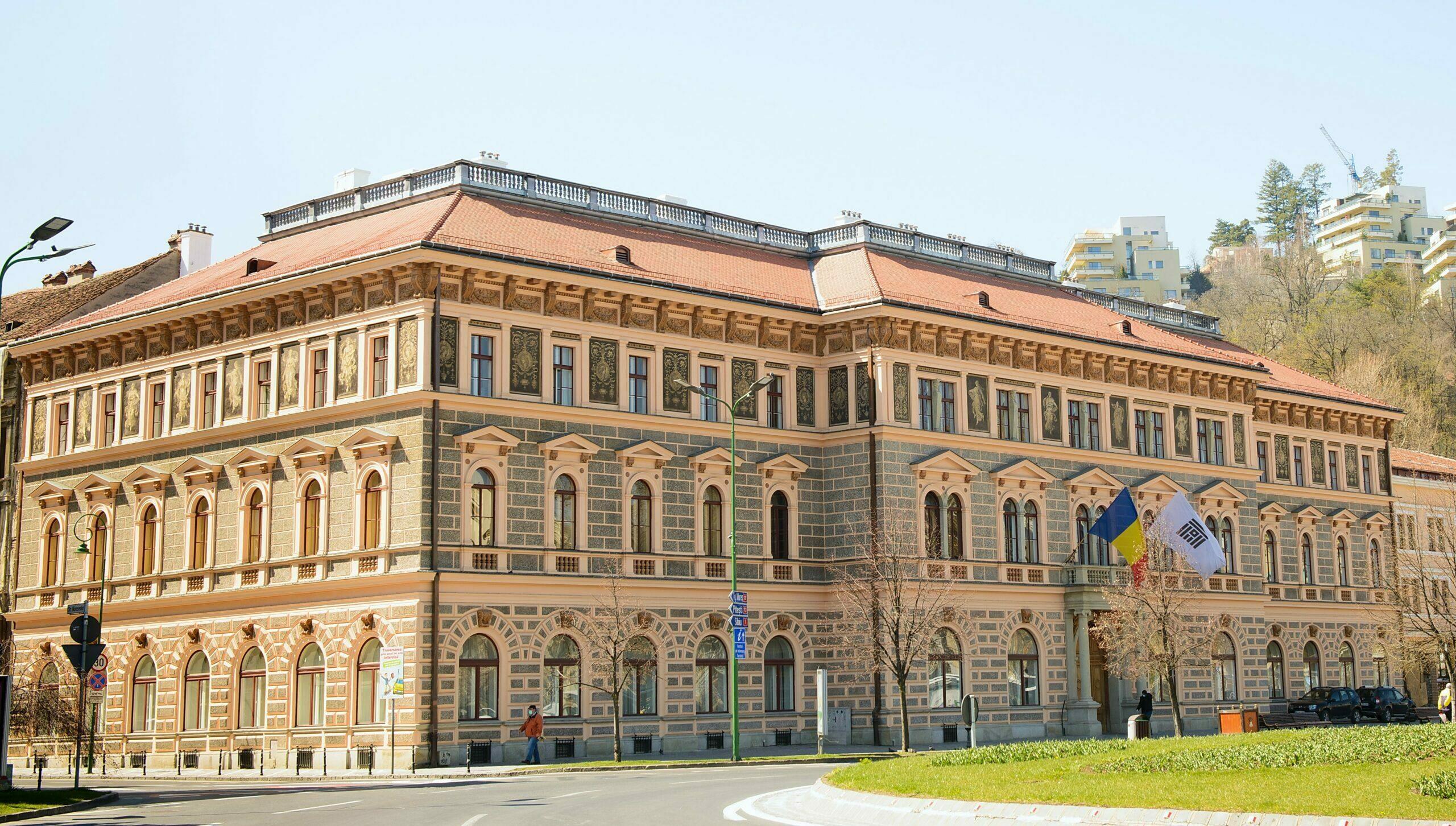 """Masteratul de la Universitatea Transilvania e """"cu prezență fizică"""". Acolo unde s-a decis așa"""