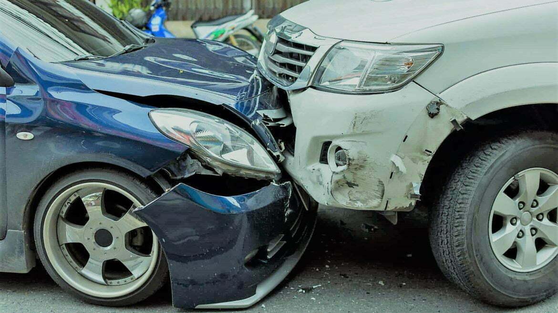 Una din 20 de mașini produce un accident rutier pentru care este nevoie de o poliță RCA