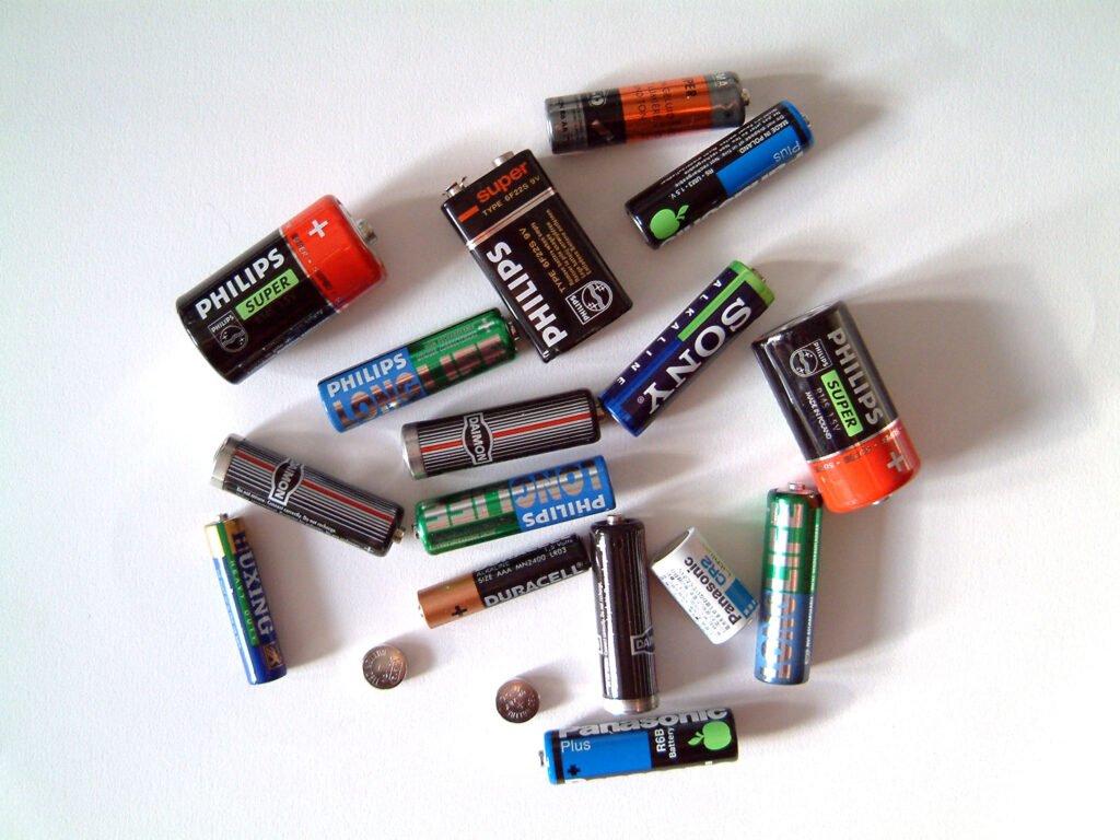 De ce nu trebuie aruncate bateriile la gunoi? Sunt adevărate bombe ecologice!