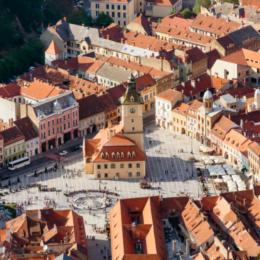 """Transilvania, în lista National Geographic a destinaţiilor de vacanţă pentru familie în 2021. """"Clujul şi Braşovul reprezintă baze pentru explorarea Transilvaniei rurale cu pajişti înflorite, castele ca din cărţile cu poveşti şi sate cu străzi pietruite"""""""