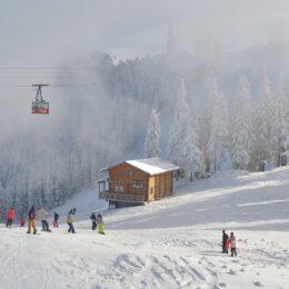 """De mâine se va putea schia în partea superioară a masivului Postăvarul/ """"Din cauza temperaturilor pozitive și a lipsei ninsorii, suntem în situația de a amâna deschiderea întregului domeniu schiabil"""""""