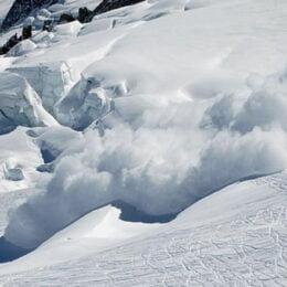 """Salvamontiștii îi sfătuiesc pe """"aventurieri"""" să nu plece în drumeții pe munte, din cauza riscului de avalanșe"""