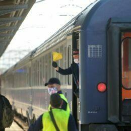 Un angajat CFR flutura un steag galben la sosirea unui tren in Gara de Nord, in timpul restrictiilor impuse de starea de urgenta si carantina privind limitarea imbolnavirilor cu noul coronavirus, COVID-19, in Bucuresti, vineri, 3 aprilie 2020. ALEXANDRU DOBRE / MEDIAFAX FOTO