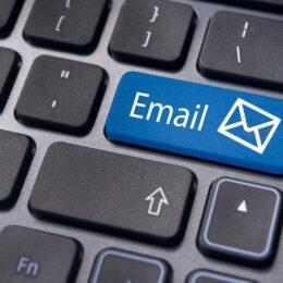 E-mail-uri frauduloase care par a fi trimise de Poșta Română sau Banca Transilvania îi pot lăsa fără bani pe români