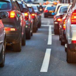 Trafic intens pe DN1, spre Brașov. S-au format coloane de mașini la Comarnic și Bușteni