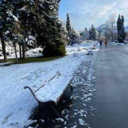 """FOTO Mobilierul stradal și locurile de joacă, """"abandonate"""" pe timp de iarnă. Primăria are un contract de întreținere, dar prevederile privind curățarea sunt ambigue și… teoretice"""