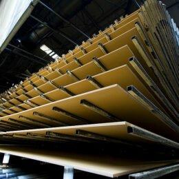 Kronospan pregătește investiții de 30 de milioane de euro. Firma vrea să creeze platforme de colectare a deșeurilor reciclabile de lemn