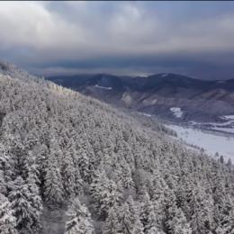 """VIDEO Imagini spectaculoase surprinse de la înălțime cu Parcul Național Piatra Craiului """"încărunțit"""" de zăpadă"""