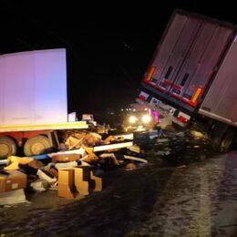FOTO Accident grav la Criț între două camioane, după ce unul din șoferi a adormit la volan