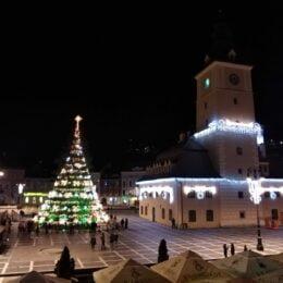 Ultima noapte în care luminițele de sărbătoare vor fi aprinse în bradul din Piața Sfatului