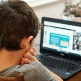 Efectele școlii online în pandemie: Tot mai mulți copii ajung la oftalmologie cu sindromul stresului ocular digital. Printre simptome se numără înroșirea ochilor, vedea încețoșată și durerile de cap