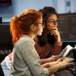 STUDIU Femeile din IT consideră că pandemia de COVID-19 le-a întârziat progresul în carieră
