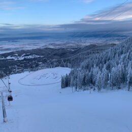 De mâine dimineață se va putea schia și pe pârtiile din partea inferioară a Masivului Postăvarul. Edilii speră că astfel vor dispărea și cozile de la telescaun