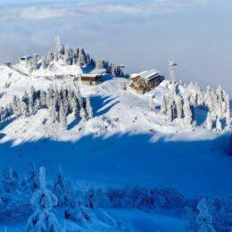 FOTO Strat de zăpadă de 30 – 40 cm pe pârtiile din Poiana Brașov. Vremea este numai bună de schiat