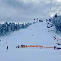 """Zăpada se pune """"la păstrare"""" pe pârtiile din Poiană, iar intenția Primăriei este prelungească sezonul de schi până la jumătatea lui aprilie"""